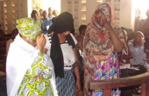 Fatoumata Camara,  Fatou Nivaquine et  Hadja Gbessa Kouyaté au tribunal de Mafanco. Photo le djeli